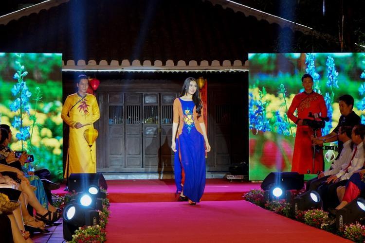 Tại sự kiện, Lệ Hằng tham gia trình diễn một thiết kế áo dài cổ thuyền tông xanh - cam của NTK Thuận Việt. Bước đi duyên dáng và thần thái nhẹ nhàng của người đẹp thu hút ánh nhìn của toàn bộ khách mời và khán giả tại chương trình.