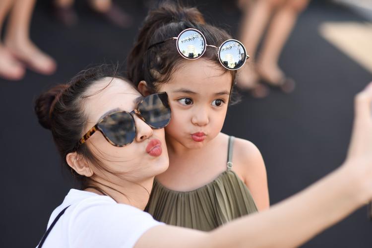 Hai cô cháu liên tục selfie để lưu giữ lại những kỷ niệm trong buổi gặp gỡ hôm nay.