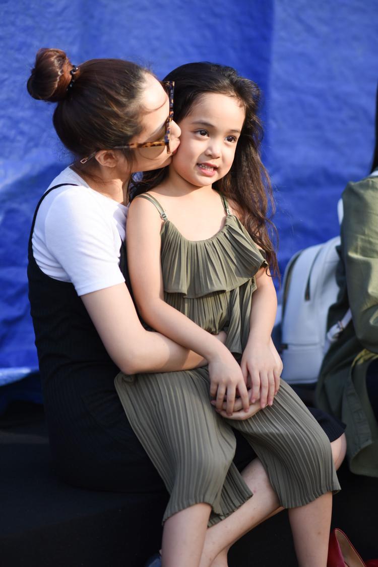 Bảo Anh xinh đẹp, đọ dáng cùng mẫu nhí 5 tuổi trên sàn diễn runway