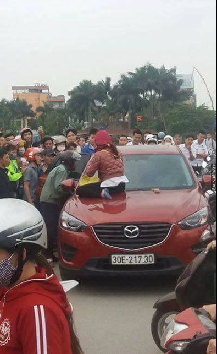 Hai phụ nữ trèo lên ôtô, dùng gậy đập cửa kính đánh ghen kinh hoàng ở Hà Nội