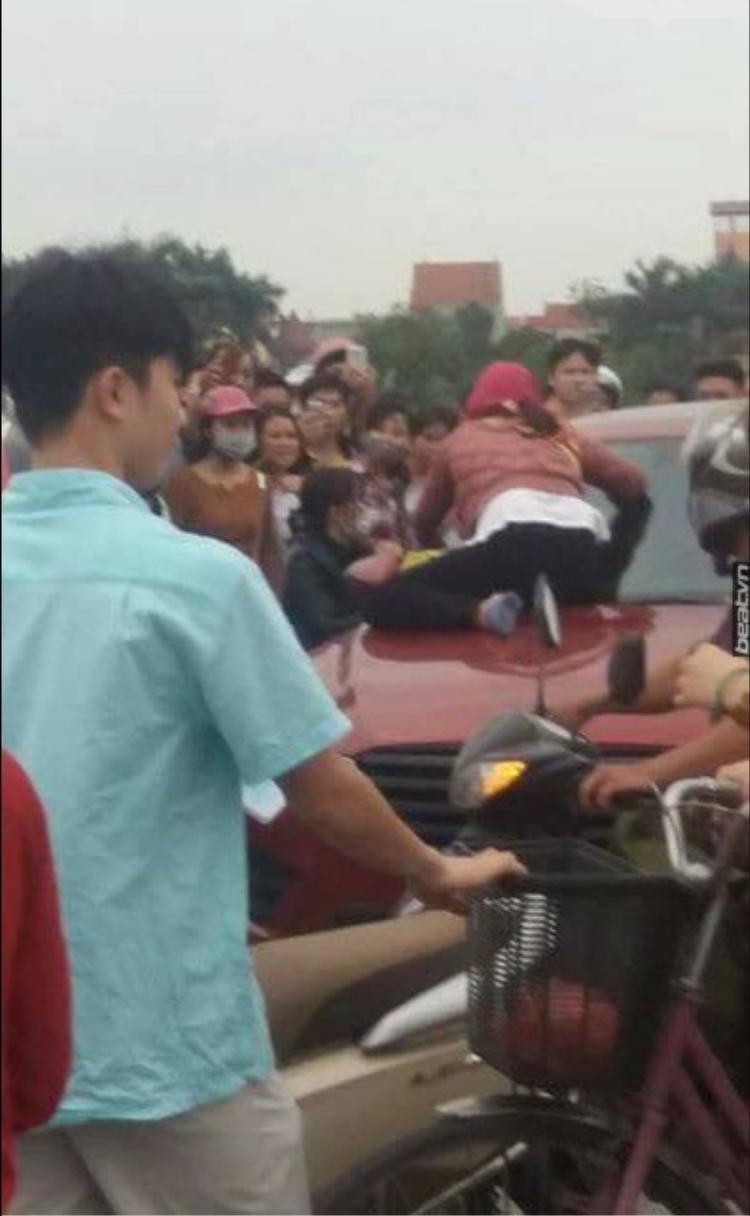 Hai người phụ nữ trèo lên nóc capo, chặn xe ô tô để đánh ghen.