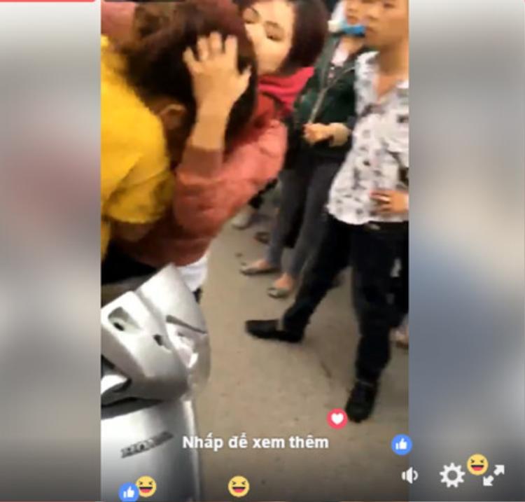Chứng kiến cô gái trẻ bị đánh đập không thương tiếc, một số người lại gần để can ngăn nhưng không cản được những hành động hung dữ của hai người phụ nữ.