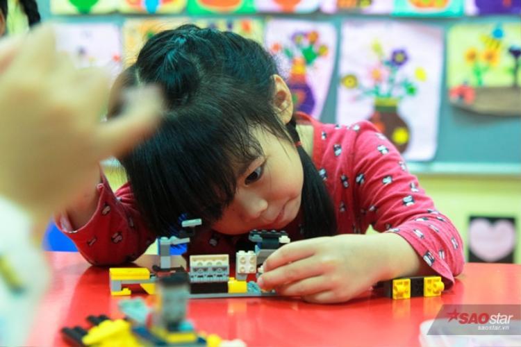 Cô bé thích những trò lắp ráp và thường xuyên chơi những trò chơi trí tuệ.