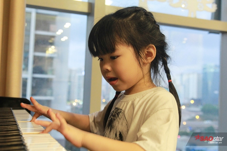 Bé Miu rất đa tài, không những giỏi tiếng Anh mà còn biết chơi piano và vẽ cũng rất đẹp.