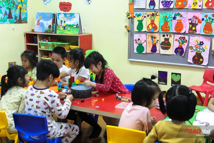 Miu học ở trường mẫu giáo song ngữ với các bạn.