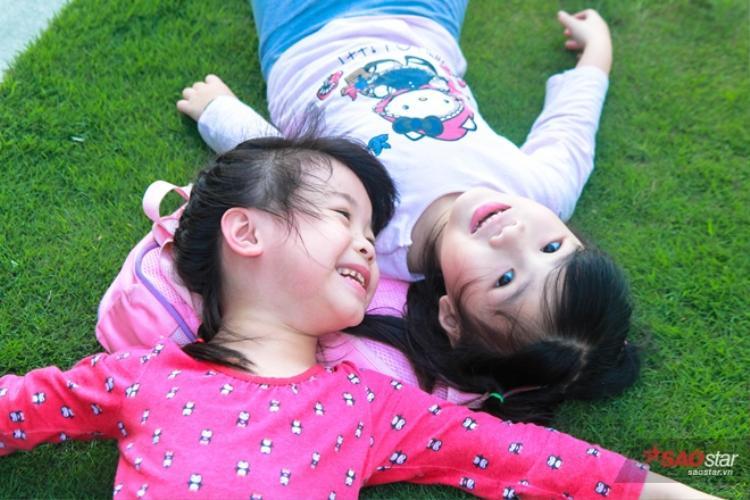 Cùng học, cùng chơi nên hai chị em rất thân thiết và gắn bó.