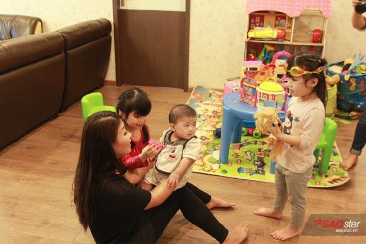 Mỗi ngày, hoạt động đầu tiên của hai Miu và Moon sau khi trở về nhà đó là chào ông bà, sau đó chạy tới hỏi han cậu em trai mới vài tháng tuổi và bày trò cùng chơi với nhau.
