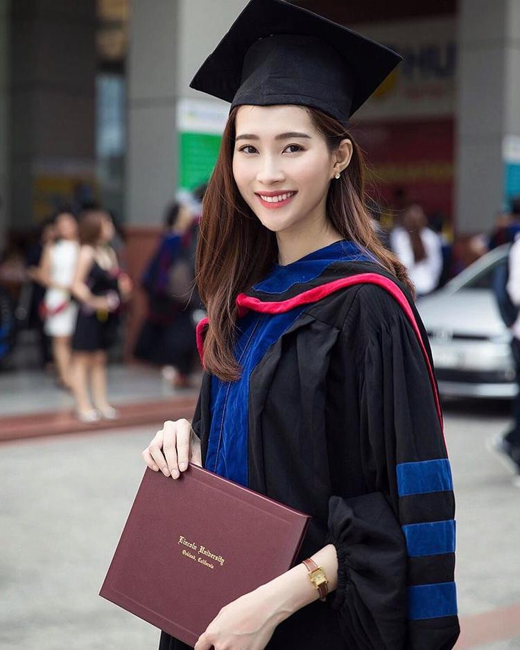 Hoa hậu Việt Nam 2012 rạng rỡ trong ngày tốt nghiệp.
