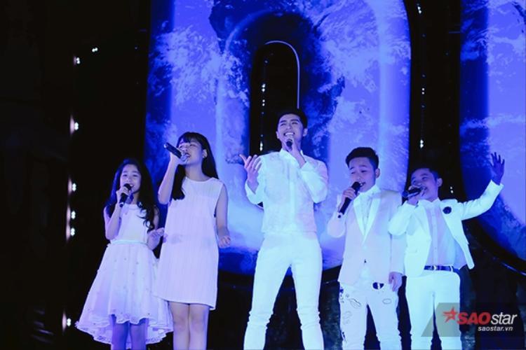 Nam ca sĩ cùng diện trang phục màu trắng với các trò cưng.