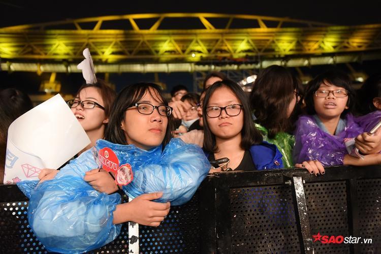 Khép lại đêm diễn, có giọt nước mắt đã rơi vì xúc động. Tuy rằng lượng khán giả có mặt khá đìu hiu, cộng thêm điều kiện thời tiết khắc nghiệt nhưng tất cả những ai có mặt đều đã cháy hết mình.