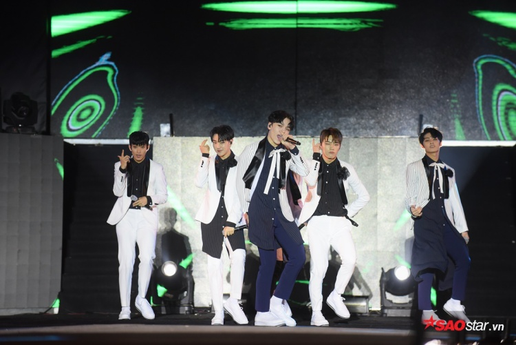 Mới chỉ đến Việt Nam lần đầu nhưng Seventeen đã nhận được sự cổ vũ nồng nhiệt từ các fan.
