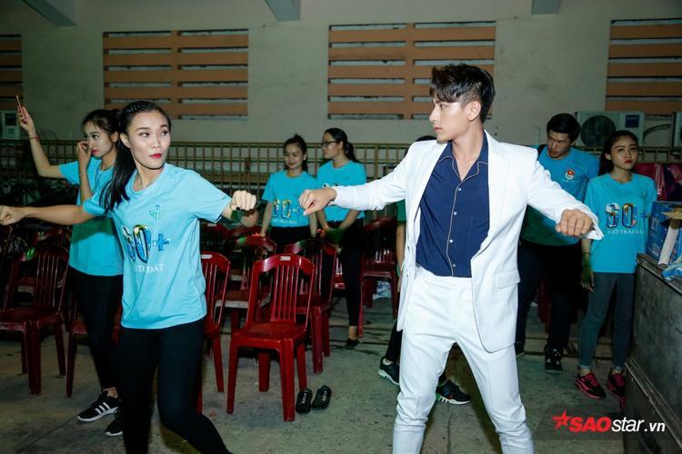 Isaac cẩn thận ôn lại từng bước nhảy cùng các bạn trẻ.