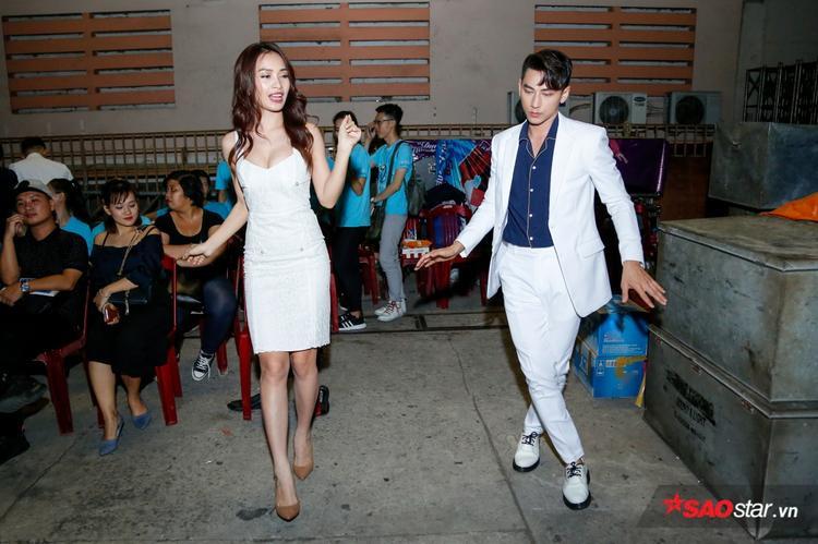 Bộ đôi vui vẻ tập dượt trước khi lên sân khấu trình diễn.