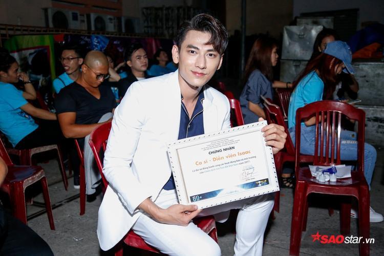 Cựu thủ lĩnh nhóm nhạc 365 là sao Việt đồng hành cùng Giờ Trái Đất 2017.