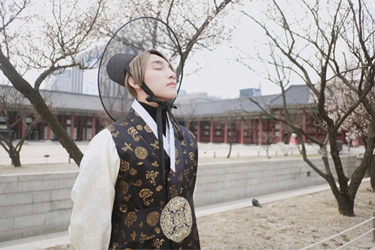 Nam ca sĩ hóa thân làm một đại hiệp vô cùng điển trai giữa cung điện Gyongbokgung.