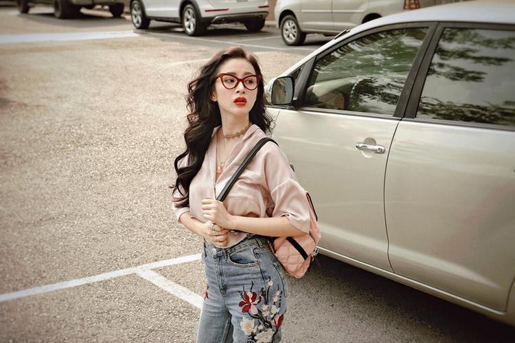 Angela Phương Trinh mang cảm hứng cổ điển xuống phố với áo blouse màu pastel,jeans thêu hoa đang hot đình đám và kính mắt mèo đậm chất vintage.