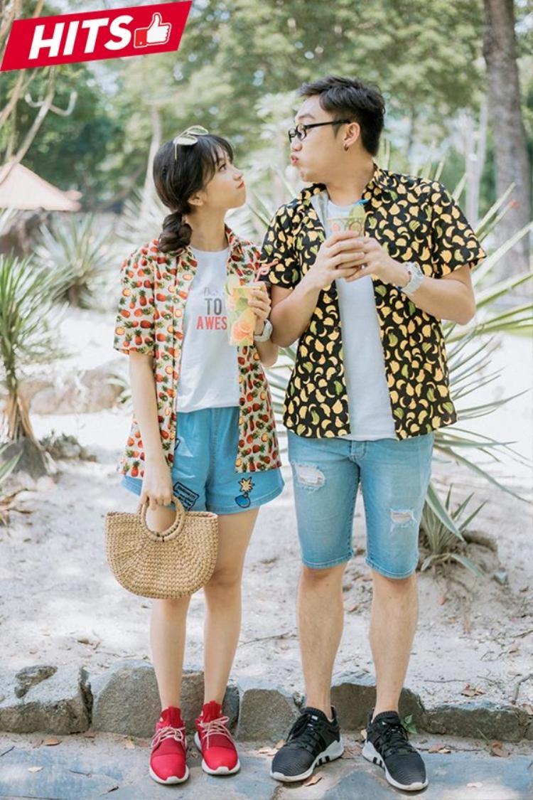Kim Chi và bạn trai nhận điểm cộng khi dẫn đầu xu hướng thời trang hè với phong cách tropical đầy màu sắc từ những chiếc áo mang đậm dấu ấn nhiệt đới. Mix cùng những items đơn giản từ áo thun và quần jeans, Kim Chi vẫn xinh đẹp và cuốn hút như thường.