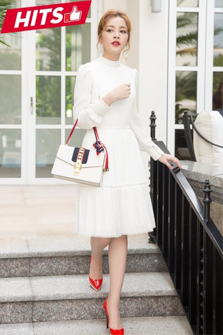 Chi Pu sang chảnh hết nấc trong một sự kiện tuần qua. Cô chọn chiếc đầm trắng tiểu thư mix cùng túi hiệu Gucci - items mà cô nàng vô cùng yêu thích đã trưng diện rất nhiều trong thời gian qua.