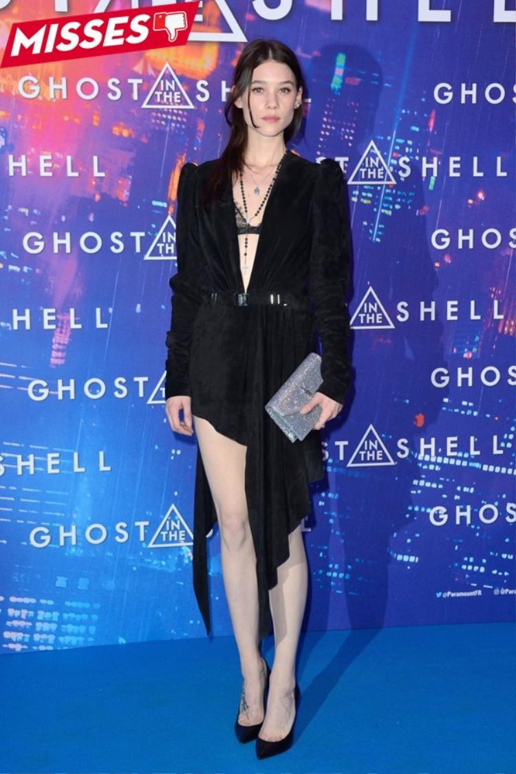 Nữ diễn viên người Pháp gốc Tây Ban Nha Astrid Berges-Frisbey quyến rũ với mốt khoe nội y. Thế nhưng, cô bị mất điểm vì chọn chiếc váy với phần tà bất đối xứng không được đẹp mắt, trái lại khiến cô có vẻ ngoài luộm thuộm hơn.
