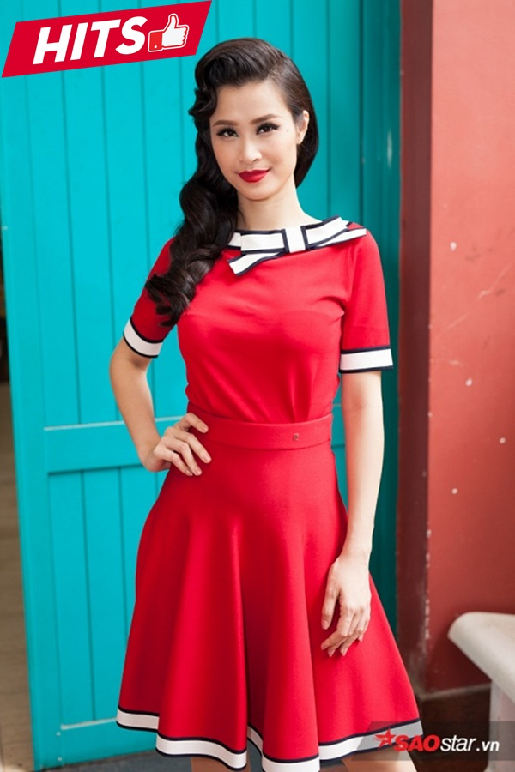 Đông Nhi nổi bần bật với set trang phục màu đỏ. Chi tiết nơ trắng càng khiến thiết kế tinh tế hơn với chất liệu vải tông trơn không họa tiết. Mái tóc uốn cổ điển được gấp nếp khá cầu kỳ chứng tỏ sự chuyên nghiệp, chỉn chu trong từng chi tiết rất nhỏ.