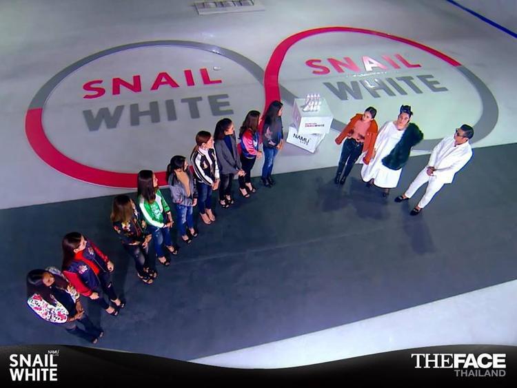 Các thí sinh nghe giám khảo khách mời thông báo về thử thách.
