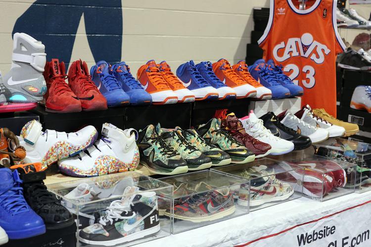 Cả gia tài bỗng chốc thu nhỏ lại bằng những đôi sneaker.