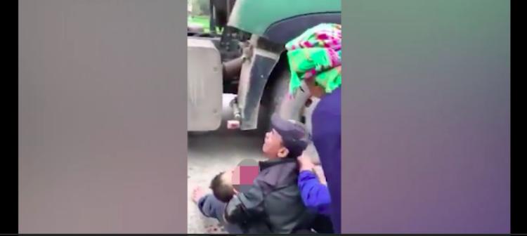 Cha khóc ngất ôm thi thể con trai bị xe ô tô tải cán qua khi đang chơi ngoài đường
