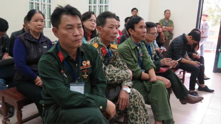 Tại phiên sơ thẩm, có rất nhiều đồng đội và người thân của ông Thạch có mặt tại TAND quận Hoàng Mai để theo dõi diễn biến vụ xét xử.Ảnh: Tuổi trẻ