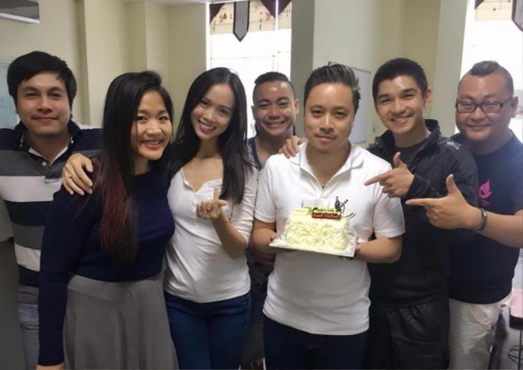 Cả hai cùng đoàn phim tổ chức sinh nhật cho Victor Vũ.