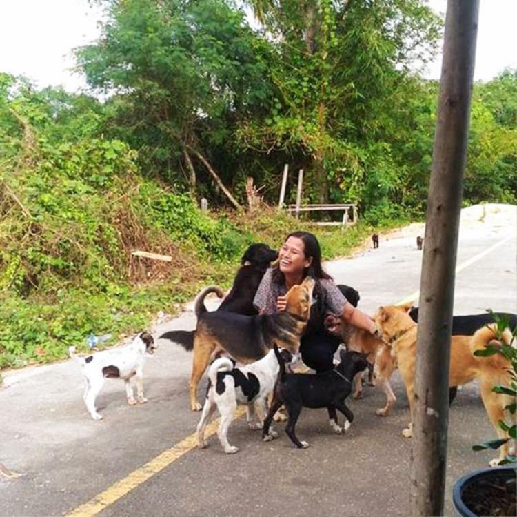 Cô Orawan, ời phụ nữ Thái tốt bụng là ân nhân của rất nhiều chó hoang gần nơi cô sinh sống.