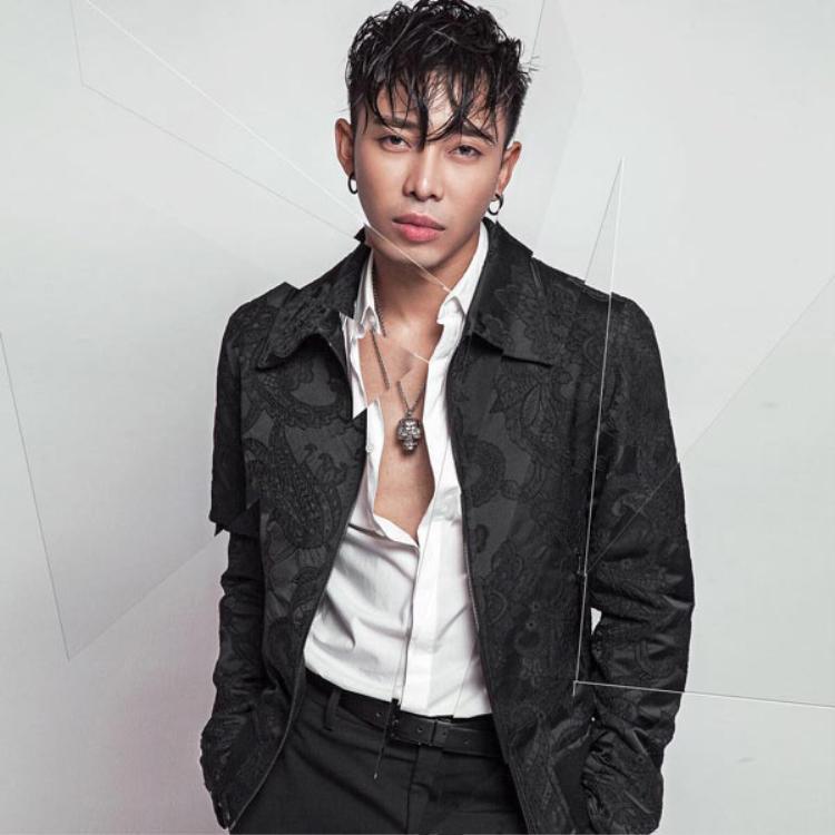 Stylist Hoàng Ku sẽ đồng hành cùng Top 10 The Face online thực hiện thử thách Tropical Unique tại vòng 2 này.