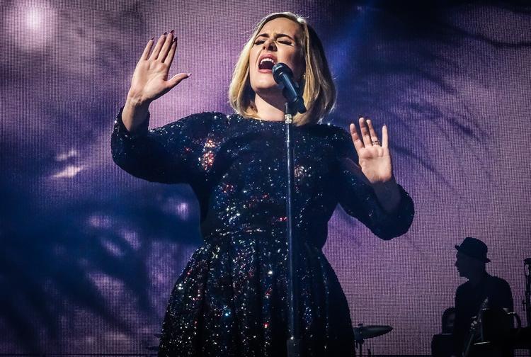 Adele trên sân khấu 1 concert thuộc tour diễn quảng bá album 25.