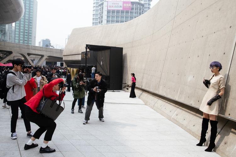 Phí Phương Anh cũng trở thành tâm điểm, bị bao vây từ rất nhiều các nhiếp ảnh đường phố.