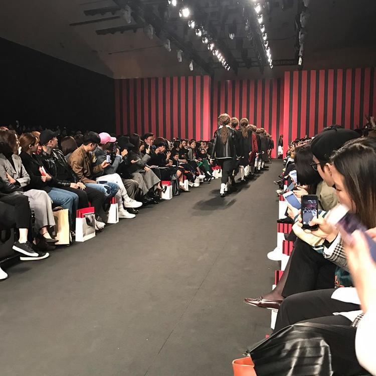Anh cũng không quên ghi lại hình ảnh người mẫu trong show diễn với không gian mang đậm hơi thở thời trang của Seoul.