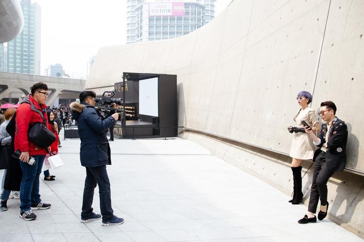 Phương Anh - Hoàng Ku thu hút ánh nhìn trên phố bởi những nhiếp ảnh gia với style thời trang ấn tượng.