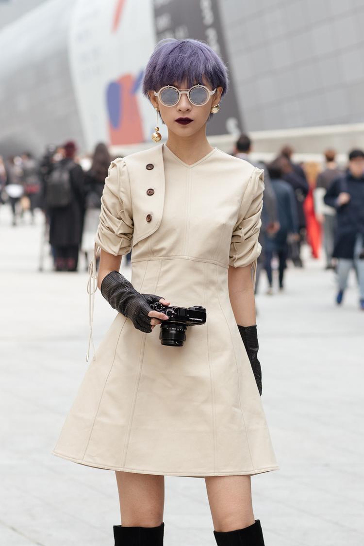 Ngoài trang phục Lâm Gia Khang, Phí Phương Anh còn dùng những món đồ phụ kiện với kính Mikata 15 triệu và găng tay Chanel 20 triệu, bootsAldo.