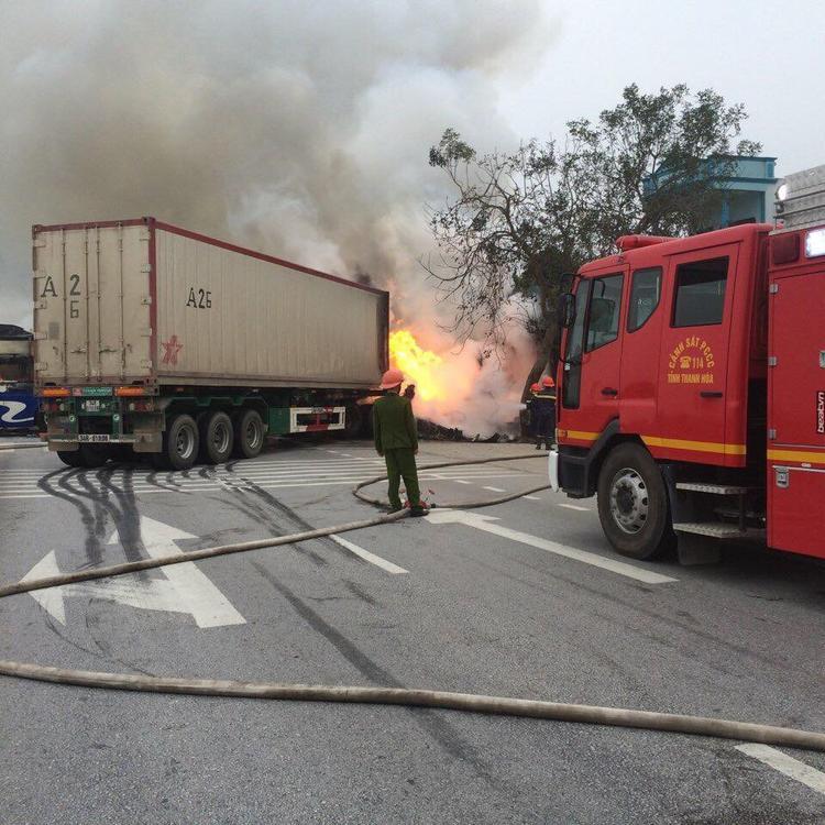 Clip: Xe giường nằm và xe container bốc cháy ngùn ngụt giữa quốc lộ 1A sau va chạm