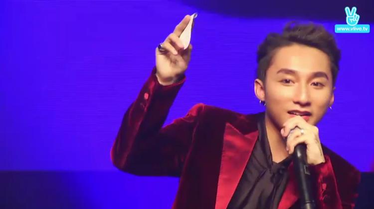 Sơn Tùng trả lời các câu hỏi của fan Hàn Quốc.