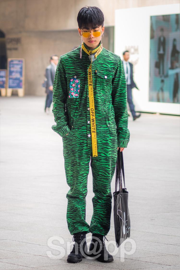 Anh chàng này mặc set đồ liền thân họa tiết da beo vô cùng nổi bật của thương hiệu Kenzo.