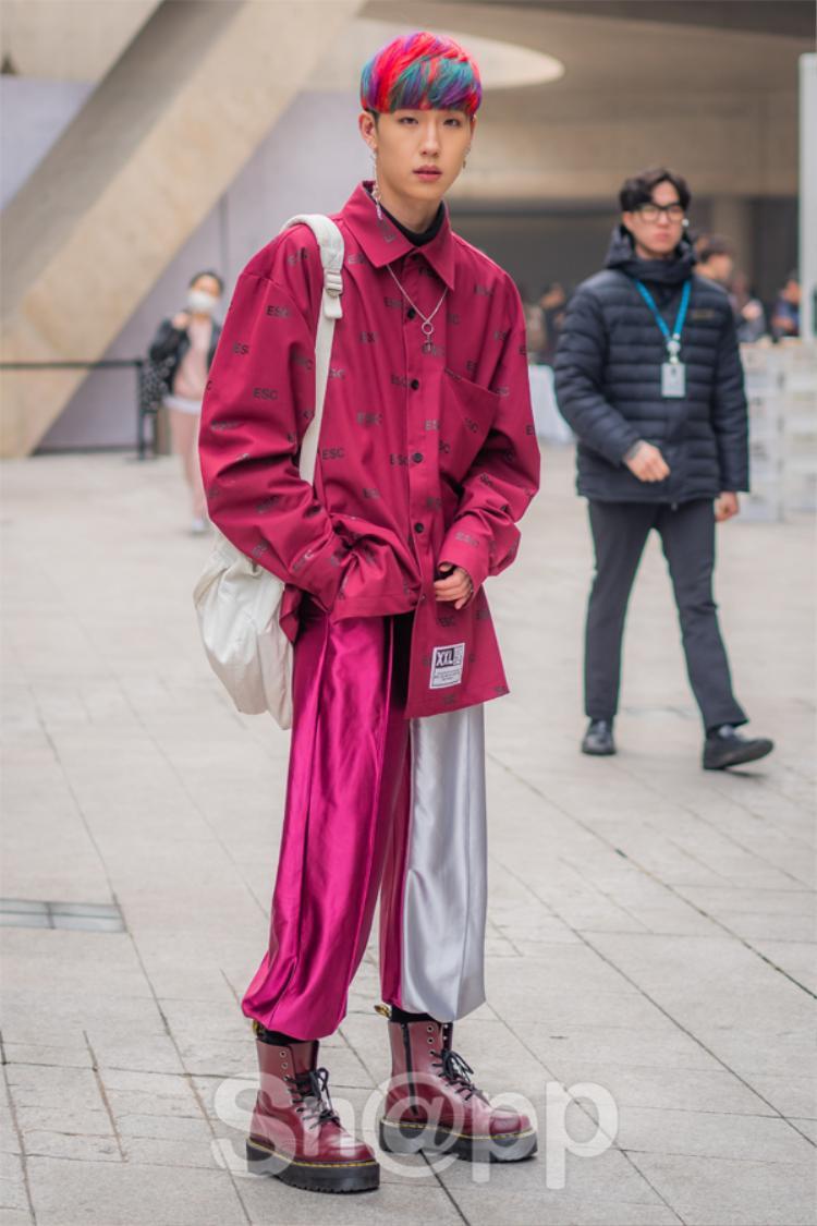 Một chiếc quần chất liệu vải lụa bóng mềm mại mix cùng áo sơ mi đỏ và chiếc boots tông xuyệt tông, mái tóc xanh đỏ như tăng thêm độ nổi cho anh chàng này.