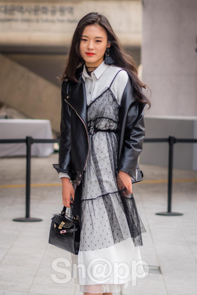 Thêm một gợi ý thú vị nữa cho các cô nàng khi có thể học hỏi cách mix layer váy dáng áo sơ mi với một chiếc váy ngủ trong suốt và jacket da. Vừa mềm mại vừa cá tính, hòa quyện khá nhịp nhàng khi được mix cùng nhau.