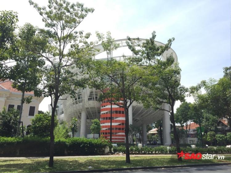 Tòa nhà màu trắng nổi bần bật giữa những tán cây xanh gây nhiều chú ý với người đi đường.
