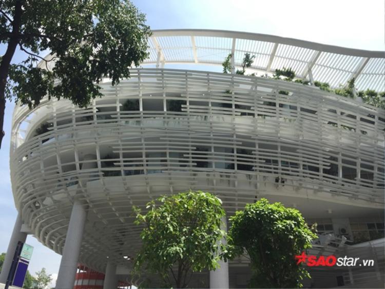 Tầng thượng trên cùng không có mái che, tận dụng triệt để ánh sáng mặt trời tự nhiên.