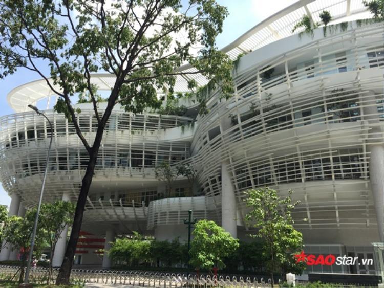 Hướng nhìn từ phía bên cạnh của Nhà thiếu nhi cho thấy rõ cấu trúc khá giống với hình số 8.
