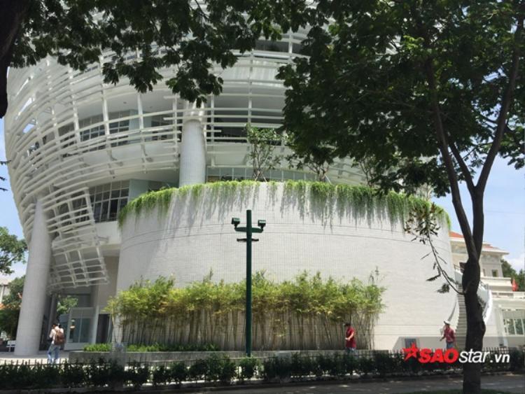 Khu vực đằng sau tòa nhà nhìn từ đường Tú Xương.