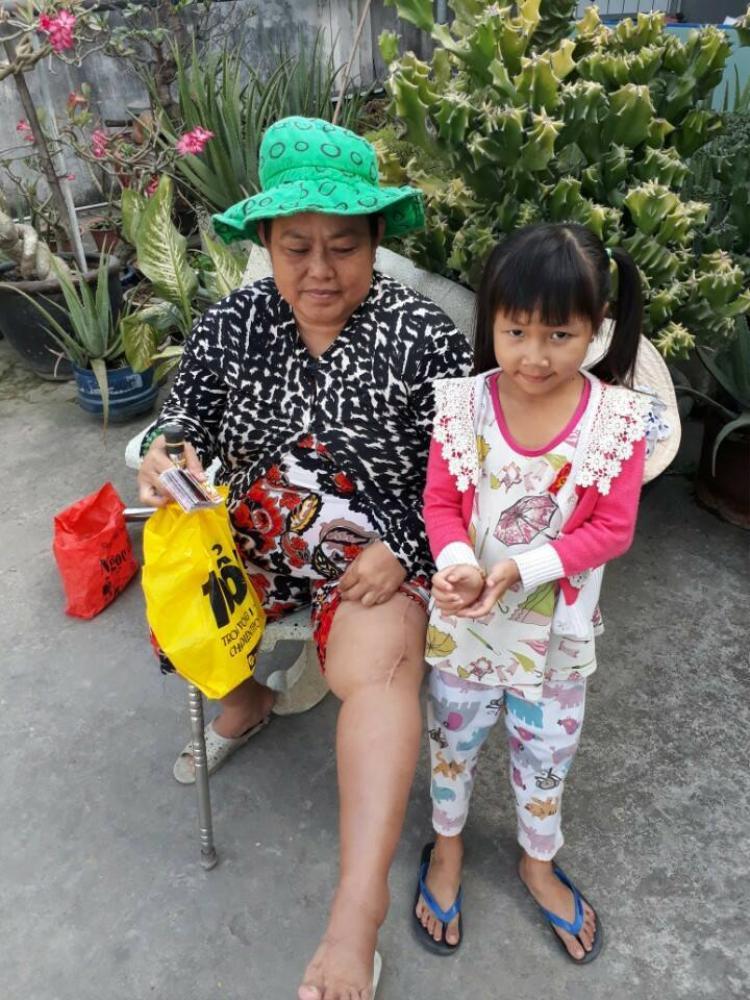 Bà của bé Trinh bị tai nạn từ 10 năm trước vẫn để lại di chứng kiến bà khó đi lại.