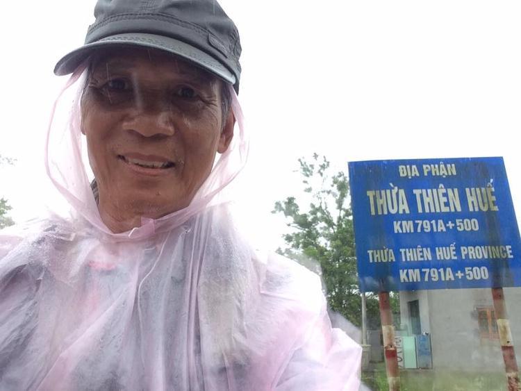 Thời tiết nắng, mưa không làm khó được cụ ông 64 tuổi.