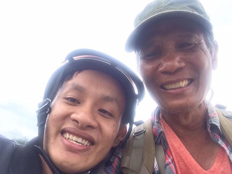 Cụ ông 64 tuổi đi bộ xuyên Việt khiến người trẻ cũng phải ngả nón khâm phục
