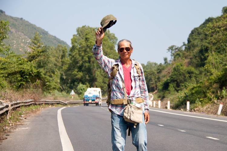 """Ông Trần Ngọc Công trên đường đi bộ xuyên Việt để trả lời cho câu hỏi """"Liệu tuổi già có làm nên những điều không tưởng?""""."""