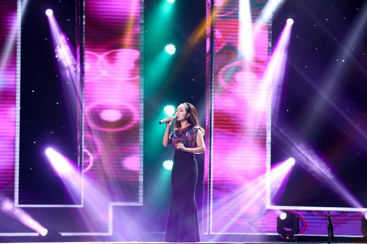 Thí sinh Lê Mai thể hiện ca khúc Một lần dang dở của nhạc sĩ Phan Trần bằng chất giọng trong trẻo, ngọt ngào.